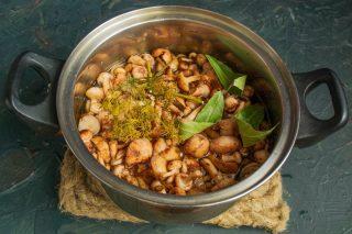 Кладём грибы в кастрюлю, добавляем приправы и наливаем воду