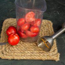 Нарезаем помидоры, кладём в высокий стакан блендера