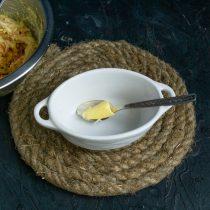 Огнеупорные формочки смазываем сливочным маслом, посыпаем молотыми сухарями