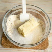 Перемешиваем ингредиенты и добавляем сливочное масло, руками перетираем массу