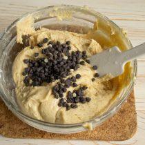 Добавляем остальные ингредиенты, замешиваем тесто и делим пополам. К одной части добавляем гранулы горького шоколада