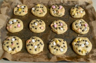 Формируем два вида печенья и убираем противень в холодильник