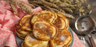 Вкусные оладушки на простокваше с финиками и изюмом