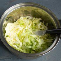 Кладём нарезанную капусту в кастрюлю