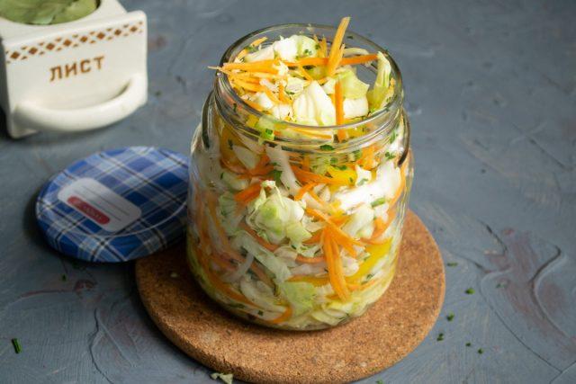 Заполняем банку овощным салатом