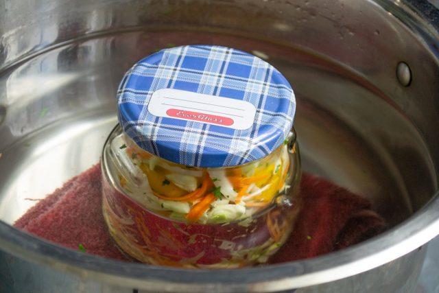 Стерилизуем банку с салатом