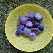 Вареный фиолетовый картофель не утратил своего цвета