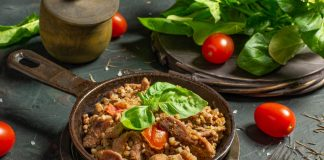 Пряная диетическая гречка с мясом на сковороде