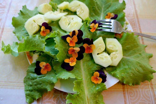 Цветки виолы в салате