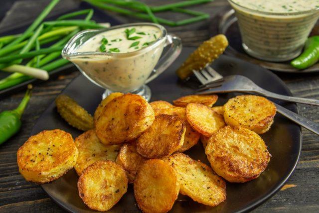 Тающий запеченный картофель с соусом тартар