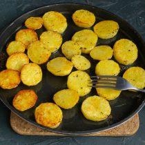 Запекаем картошку 12-15 минут с одной стороны