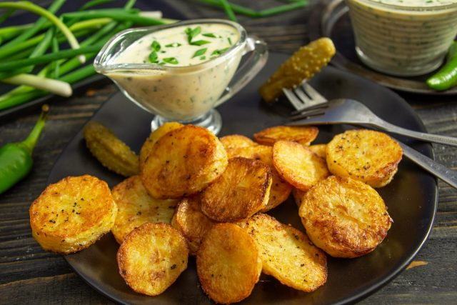Запеченный картофель с соусом тартар готов