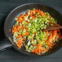 Добавляем сельдерей, обжариваем овощи на среднем огне 7 минут