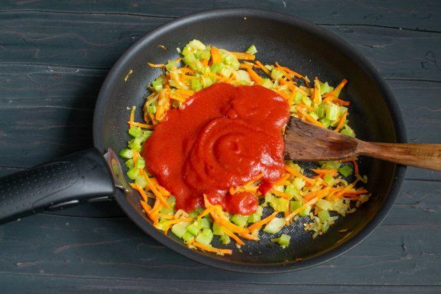 Добавляем томатное пюре и приправы, наливаем воду и тушим всё вместе