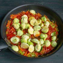 Кладём нарезанную капусту в сковороду в кипящий соус