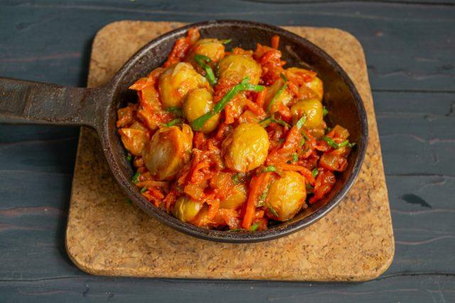 Тушеная брюссельская капуста с овощами готова