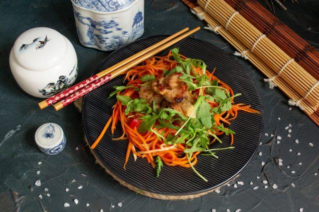 Тёплый салат с курицей, морковью и сельдереем