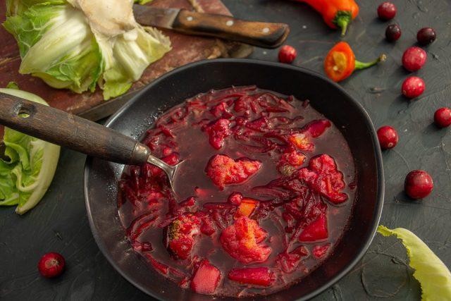 Густой красный борщ с цветной капустой и клюквой
