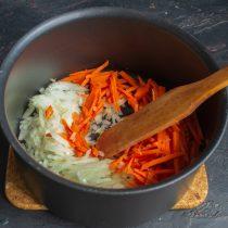 Обжариваем в другой кастрюле лук и морковь до мягкости