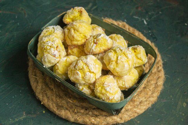 Рассыпчатое лимонное печенье с трещинками готово