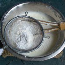 Просеиваем муку с разрыхлителем в миску, замешиваем тесто и добавляем ванильный экстракт