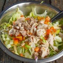 Варёную или жареную курицу нарезаем и кладём на овощи
