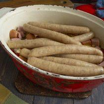 Добавляем домашние колбаски, готовим на маленьком огне под крышкой ещё полчаса