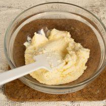 Выкладываем рикотту в миску, добавляем сахарный песок и ванильный экстракт