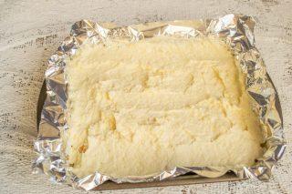 Выкладываем на основу сырную массу, распределяем и отправляем в разогретый духовой шкаф
