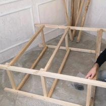 Закрепляем две боковые стойки стеллажа с помощью длинных брусков по 1,2 м