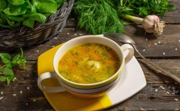 Простой картофельный суп с рисом и овощами