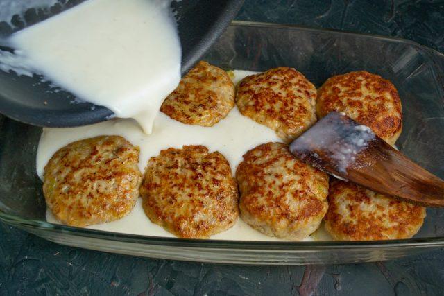 Сочные котлеты в молочном соусе в духовке (с зелёным горошком)