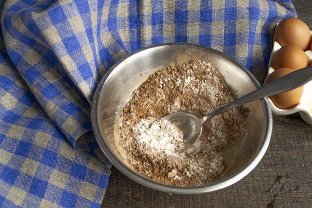 Отдельно смешиваем пшеничную муку и какао