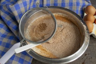 Просеиваем муку с какао в миску