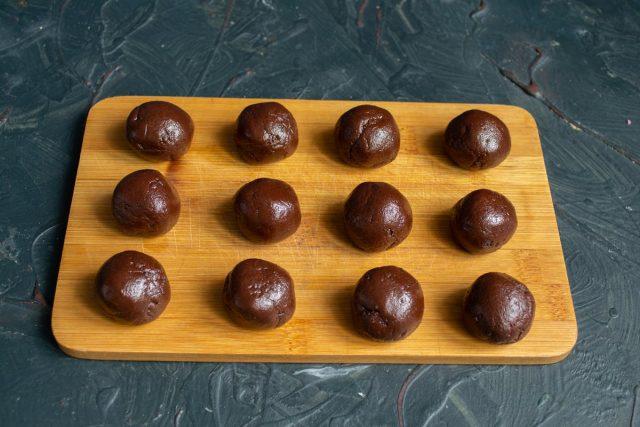 Скатываем шарики размером с грецкий орех или чуть меньше