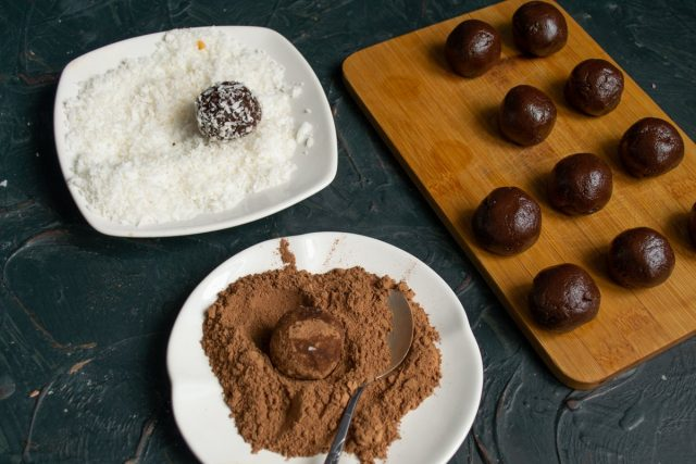 Половину ромовых шариков панируем в несладком порошке какао, а остальные в кокосовой стружке