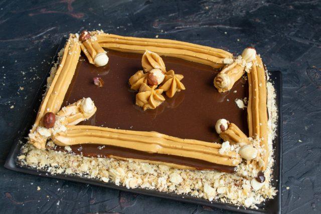 Украшаем песочный торт с масляным кремом, джемом и шоколадным ганашем. Готово!