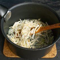 Добавляем сельдерей к луку, обжариваем овощи на среднем огне 5 минут