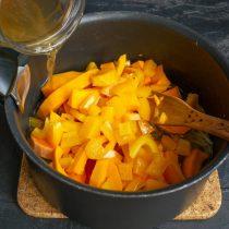 Наливаем в кастрюлю горячий овощной бульон