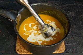 Наливаем сливки, солим по вкусу, перемешиваем и нагреваем на тихом огне почти до кипения