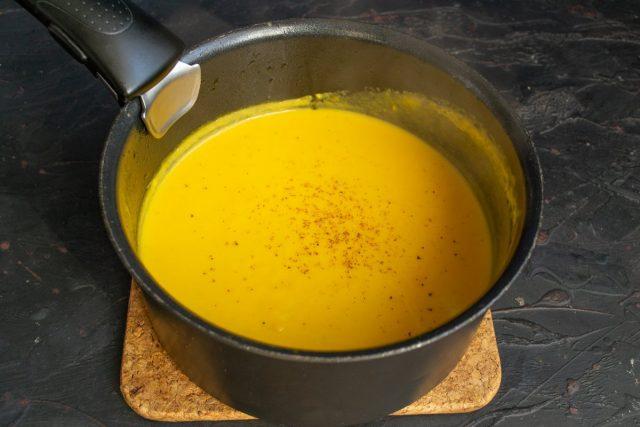 Приправляем готовый суп тёртым мускатным орехом