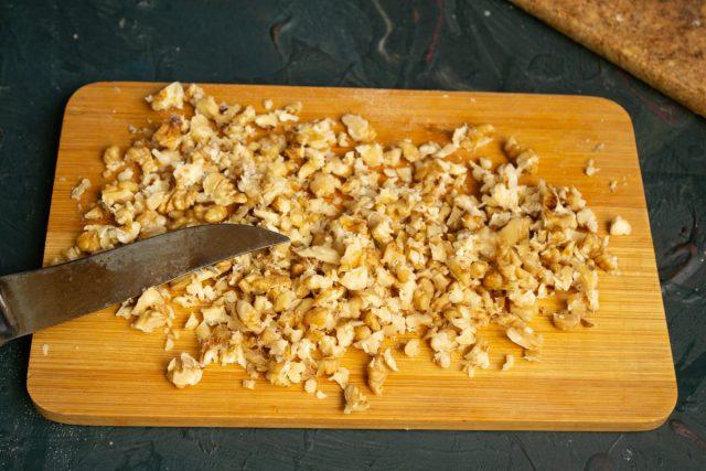 Подсушенные орехи мелко рубим ножом