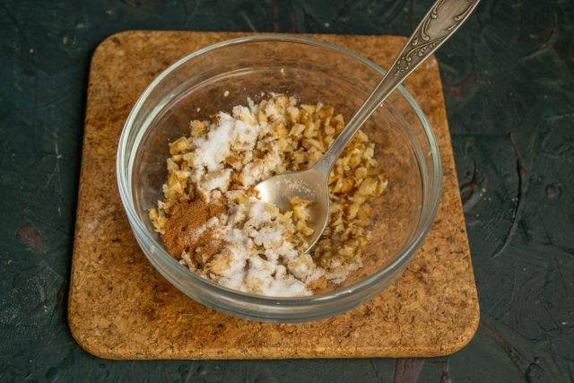 Добавляем мелкий белый сахар и молотую корицу, перемешиваем ингредиенты