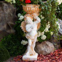 Садовая скульптура в виде херувима, держащего чашу