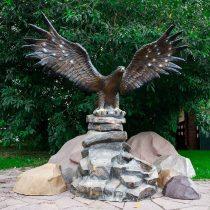 Большой фонтан в виде орла