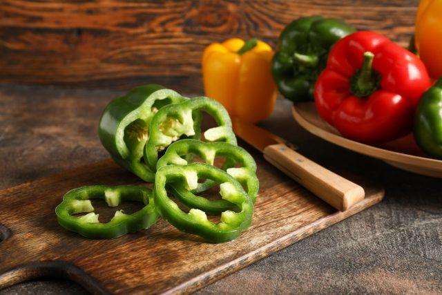 Салат из свежих цветных перцев содержит в себе всё то, чем богаты отдельные сорта