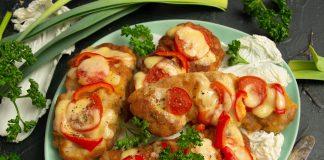 Нежная свинина, запеченная с сыром и помидорами в духовке