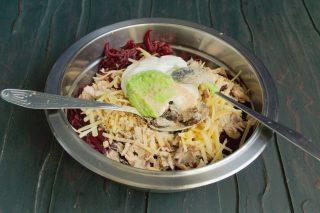 Приправляем свекольный салат