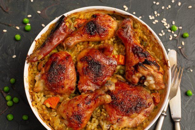 Простая курица с перловкой и овощами в духовке