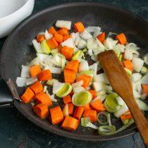 В растопленное масло кладём нарезанные овощи, обжариваем на среднем огне